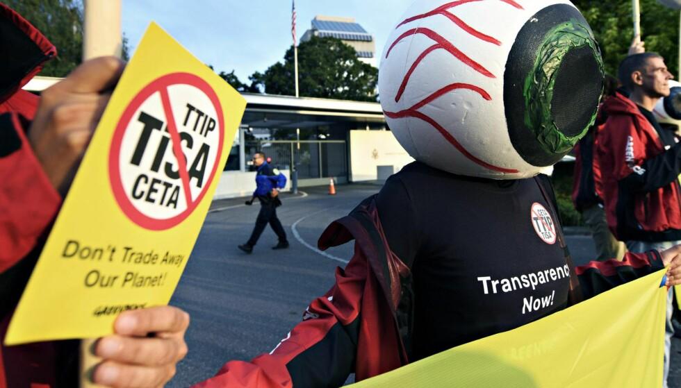 OPPOSISJON: Greenpeace-aktivister demonstrerer mot TiSA 20. september 2016. Foto: Laurent Gillieron / Ap / NTB Scanpix.
