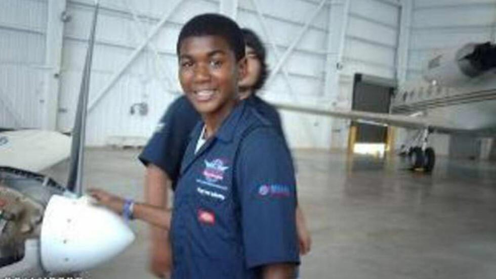VAR UBEVÆPNET:  Trayvon Martin fotografert av familien på skolebesøk i en flyhangar i august 2009. Han ble skutt og drept 26. februar hjemme i Sanford i Florida av en vaktmann som hevder han skjøt i selvforsvar. FOTO: AP Photo/ Trayvon Martins familie/NTB SCANPIX.)
