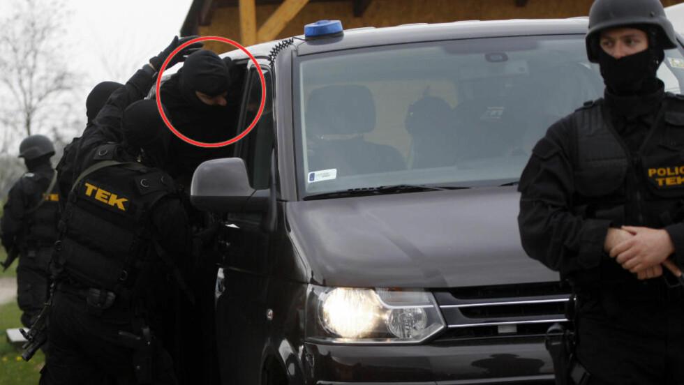 ANGREP FAMILIEN: Jutas Csanad Horvath (24) blir her brakt inn i en bil etter at han skal ha drept fire familiemedlemmer, i tillegg til å påføre fire andre alvorlige skader. Foto: Reuters/Bernadett Szabo/NTB Scanpix