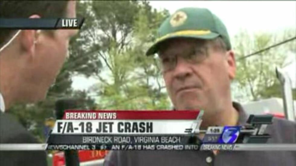 FIKK JAGERFLYPILOT PÅ VERANDAEN: Pat Kavanaugh forteller at han snakket med jagerflypiloten som skjøt seg ut fra F18 jagerflyet som styrtet i Virginia Beach i USA da han landet på verandaen hans. Foto: WTKR NewsChannel 3