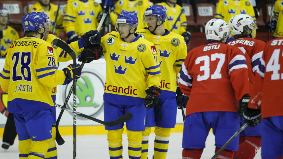 FOR GODE: Sverige feirer etter scoring i andre periode under privatlandskampen i ishockey mellom Norge og Sverige på Jordal Amfi. Det ble stygge sifre for de norske gutta også i kveld. Foto: Thomas Winje Øijord / Scanpix