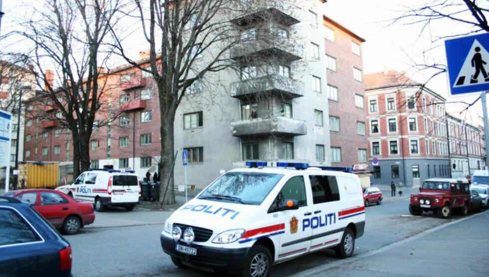 FUNNET PÅ GATA: Den knivstukne kvinnen ble funnet blodig på gata. Den nå siktede mannen ble påtruffet på stedet og innbrakt av politiet. Foto: GLENN JOHANSSON