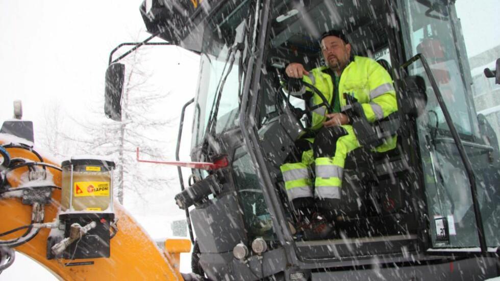 IKKE AKKURAT ARBEIDSLEDIG: Brøytemannskap Trond Even Augustinussen får merke snørekorden i Tromsø. Foto: Jørn Mikael Hagen/Nordlys