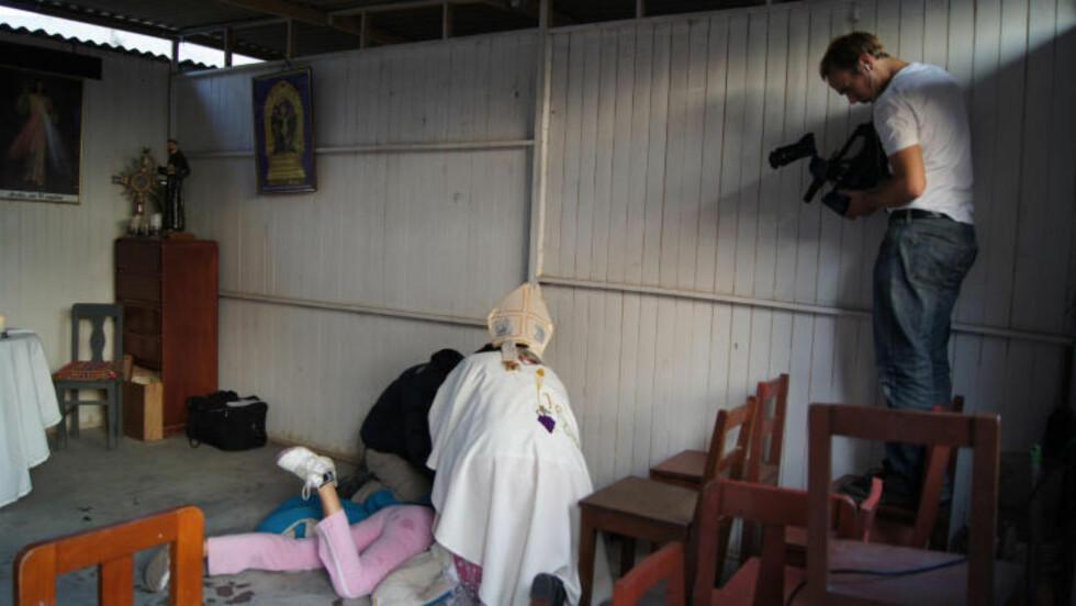 DEMONUTDRIVELSE: Fredrik Horn Akselsen har vært til stede på flere eksorsismeseanser. Her filmer han en seanse i Lima i Peru. Foto: Gammaglimt