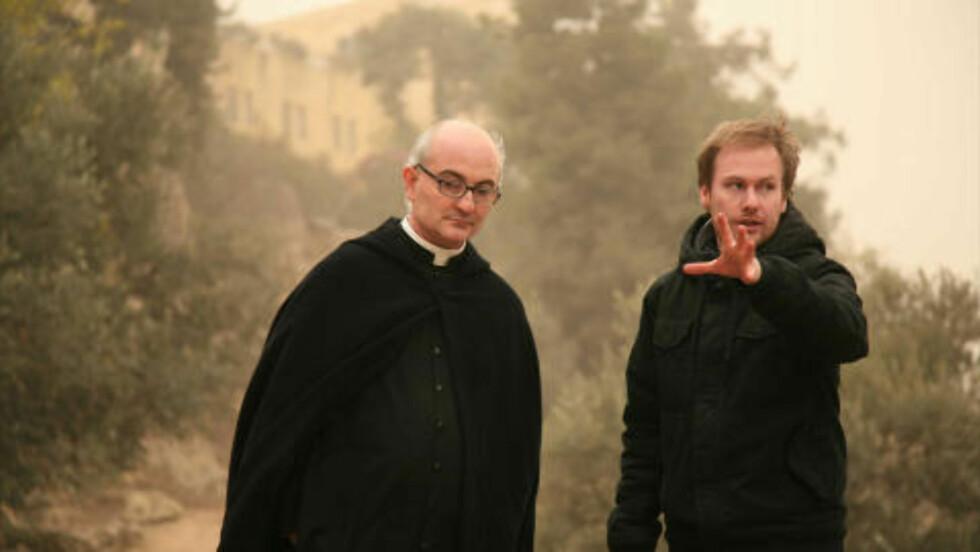 TETT PÅ: Presten José Antonio Fortea og dokumentarfilmskaper Fredrik Horn Akselsen under et av deres mange møter. Foto: Gammaglimt