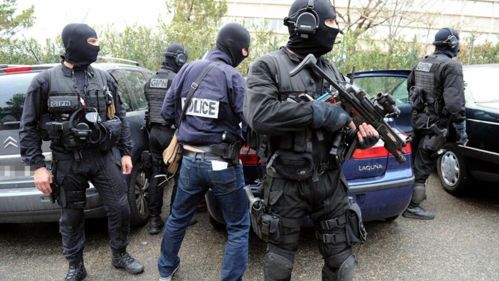 JAGER SERIEMORDER: Fransk anti-terror-politi i aksjon utenfor Marseille, under en av aksjonene mot franske islamister etter Mohammed Merahs seriedrap i Toulouse. Nå frykter myndighetene nok en seriemorder, denne gang i Paris. Foto: AFP/GERARD JULIEN/NTB-Scanpix