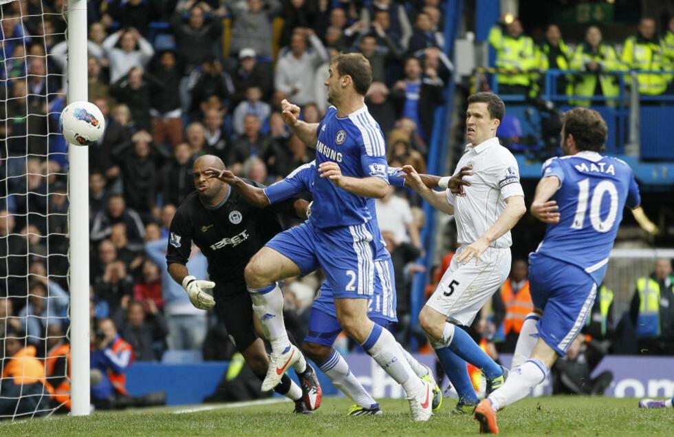 VIKTIG OG HELDIG: Juan Mata gjorde lite aktivt for å score Chelseas vinnermål mot Wigan, men viktig var det.Foto: AP Photo/Alastair Grant/NTB scanpix