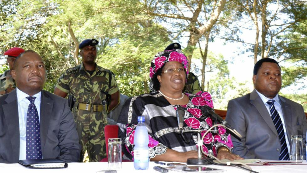 MALAWIS FØRSTE KVINNELIGE PRESIDENT:  Joyce Banda ble tatt i ed som president i hovedstaden Lilongwe lørdag, to dager etter at forgjengeren Bingu wa Mutharika døde av hjerteinfarkt. Her flankert av generalinspektør for politiet, Peter Mukhito (til venstre) og hæreneral Henry Odilo. FOTO: Mabvuto Banda/REUTERS/NTB SCANPIX.