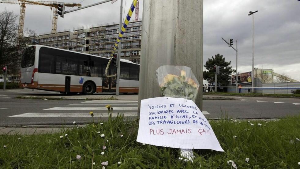 SYMPATI:  Den drepte trafikkontrolløren i Brüssel interkommunale transportselskap (MIVB/STIB) blir minnet etter det fatale angrepet påskeaften. Nå stanser all kollektivtransport i EU-hovedstaden i tre dager. FOTO: NICOLAS MAETERLINCK, AFP/NTB SCANPIX.