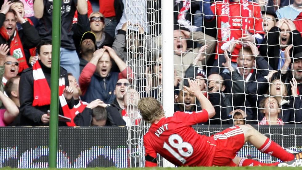 FORTVILELSENS ANSIKTER: Reaksjonene bak mål forteller vel det meste om missen til Liverpools Dirk Kuyt mot Aston Villa i går. Ballen gikk over åpent mål fra kloss hold.Foto: SCANPIX/AP/Jon Super