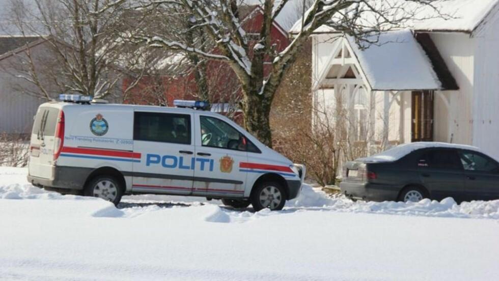 SJOKKERENDE FUNN:  Melkebonden i Bjørndalen i Nærøy kommune fant den ansatte gårdsarbeideren hengt opp i tau rundt hender i føtter i dette huset på gården på morgenen påskeaften. FOTO: MORTEN WENGSTAD, YTRINGEN.
