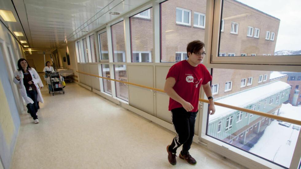 KJEMPER: Det har blitt mange sykehusopphold for Tarjei Jensen Bech som ble skutt i foten av Anders Behring Breivik på Utøya. Ved Universitetssykeuset i Nord-Norge får han fysikalsk behandling for skudd- og fallskadene han fikk på Utøya. Foto: Jan-Morten Bjørnbakk / Scanpix