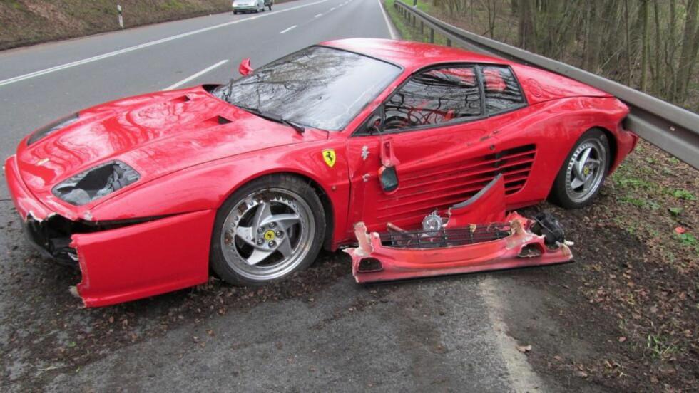BLE OFRET: Både bilføreren og pinnsvinet han møtte på veien slapp unna uten skader. Men Ferrarien fikk svi. Foto: Politiet