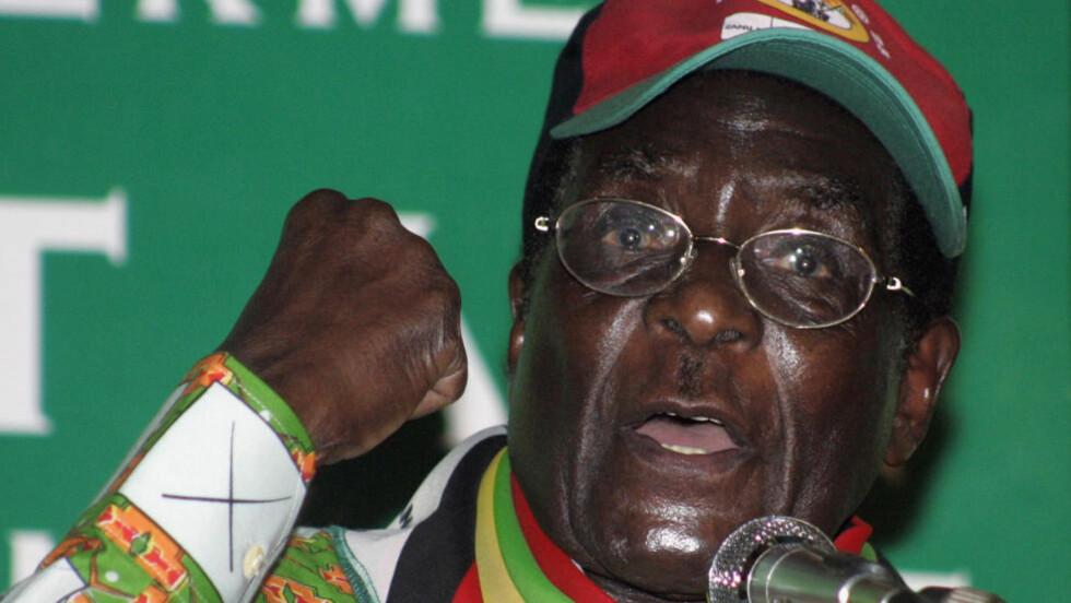 TIL SINGAPORE: President Robert Mugabe har styrt Zimbabwe siden 1980. Nå går ryktene om at 88-åringen er alvorlig syk. Foto: REUTERS/Philimon Bulawayo