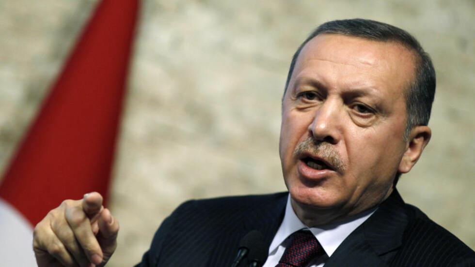 REAGERER: - Det var helt klart en krenkelse av grensa, sa statsminister Recep Tayyip Erdogan tirsdag om skuddene som ble avfyrt fra Syria mot en flyktningsleir i Tyrkia. Foto: REUTERS/Umit Bektas