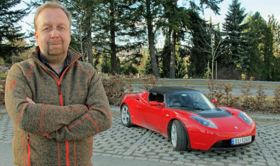 ELBIL-EIER: Dag Håkon Baardsen eier en Tesla Roadster, og har i tillegg bestilt seg en Model S. Foto: Geir Svardal