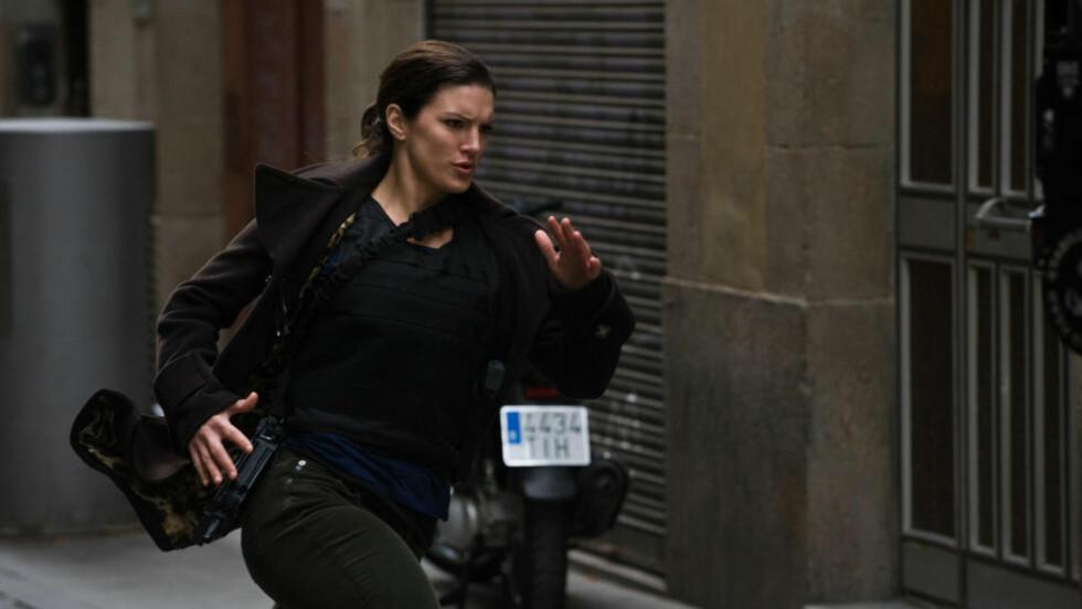 EKTE VARE: MMA-fighter Gina Carano spiller hardtsparkende agent i Steven Soderberghs «Haywire».
