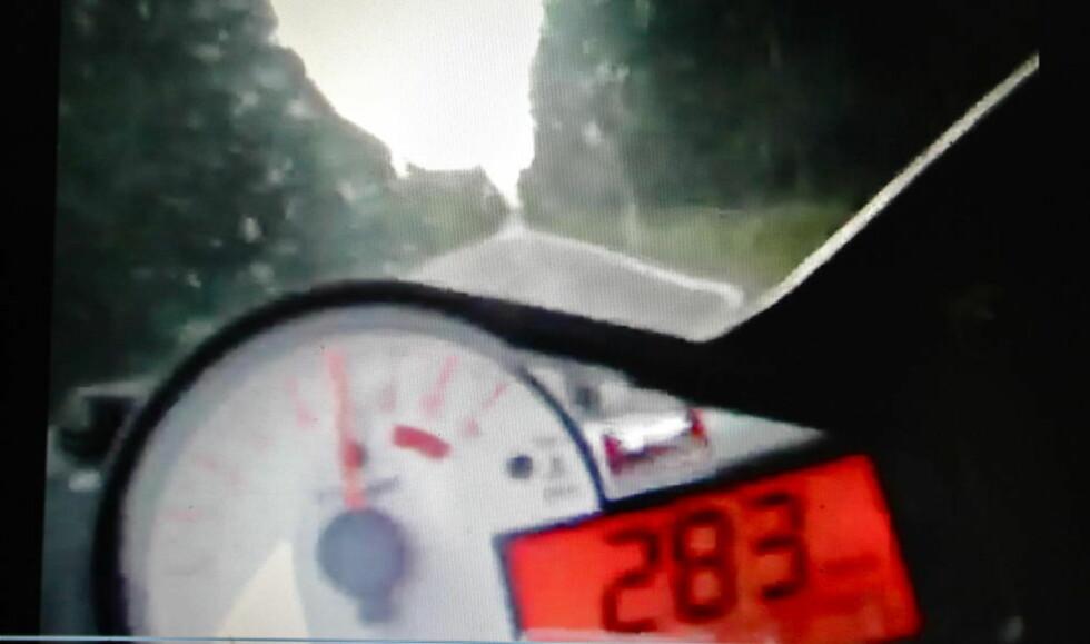 - HAR NESTEN IKKE ORD:  Øystein Krogstad i Utrykningspolitiet reagerte sterkt da han så videoen av en råkjører på motorsykkel som kjørte opp mot 300 km/t på svingete vei. Skjermdump: Youtube