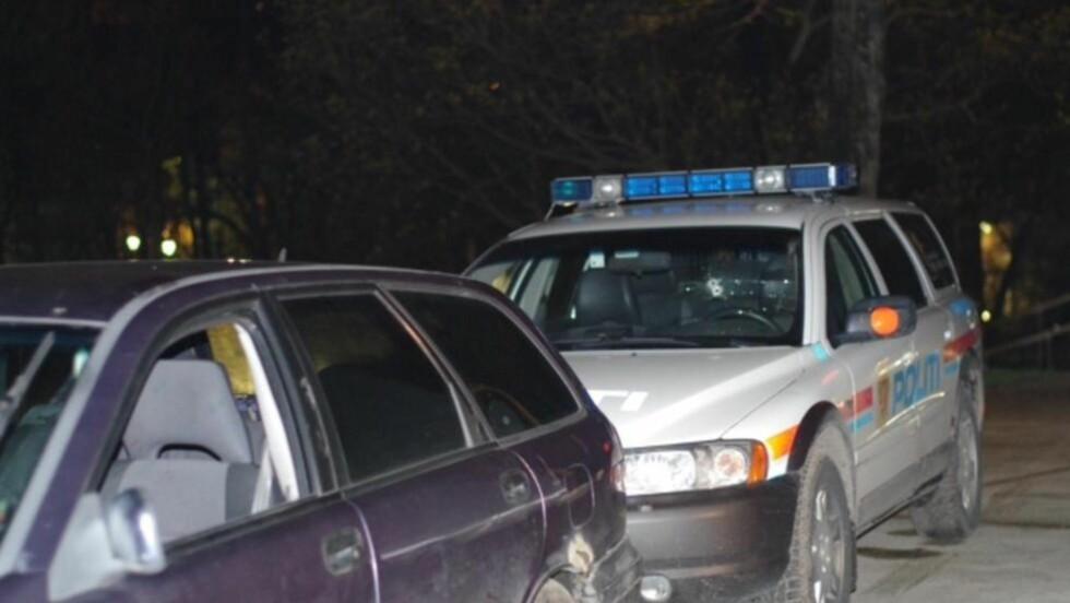 SKJØT IGJENNOM EGEN RUTE: politiet avfyrte to skudd igjennom ruta på politibilen for å stanse de to personene som flyktet i bilen foran. Foto: Danel Laabak