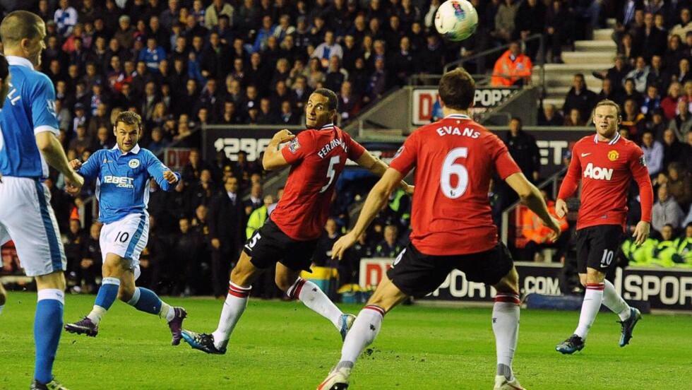 FULLTREFFER: Shaun Maloney skrur inn 1-0-målet under svakt press fra United-spillerne etter en corner. Foto: Peter Powell, EPA/NTB Scanpix