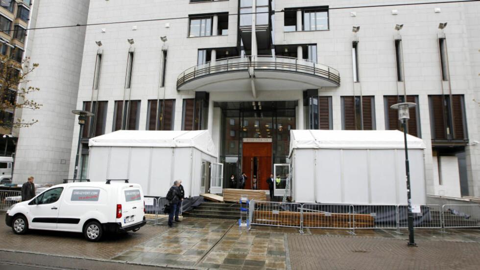 KLART FOR RETTSSAK: Telt er satt opp utenfor Oslo tinghus tirsdag i forbindelse med rettssaken mot Anders Behring Breivik etter terroraksjonene og massedrapene som fant sted 22. juli i fjor. Rettssaken starter i Oslo tingrett neste uke. Foto: Erlend Aas / Scanpix