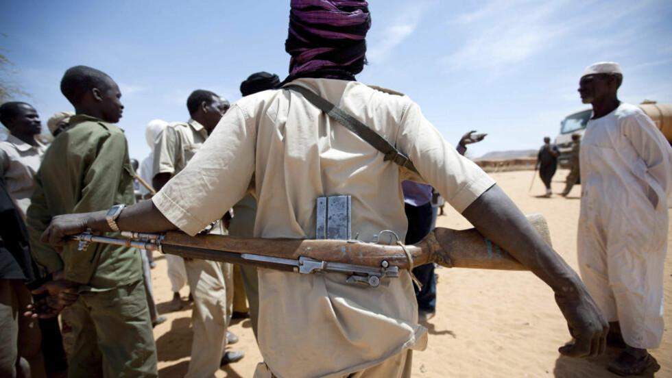 ANSPENT: Her er et medlem av den sudanske frihetshæren (SLA), som holdt vakt da den afrikanske unionen leverte vann i Kutum, nord i Sudan. Foto: REUTERS/Albert Farran/UNAMID/NTBScanpix
