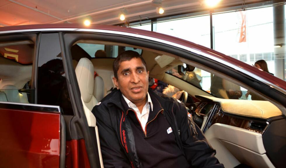 BEGEISTRET: Drosjeeier Mohammad Arshad liker tanken på å kunne kjøre utslippsfritt, både privat og på jobb som drosjeeier. Foto: ANDREAS HANDELAND