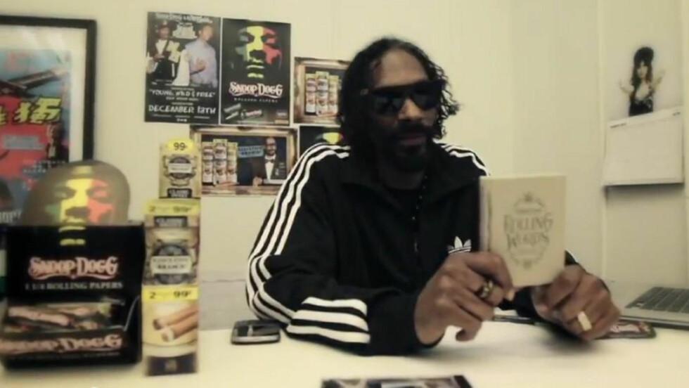 RØYKBAR: Alle sidene i Snoop Doggs nye bok kan rulles sammen og røykes. Faksimile: YOUTUBE
