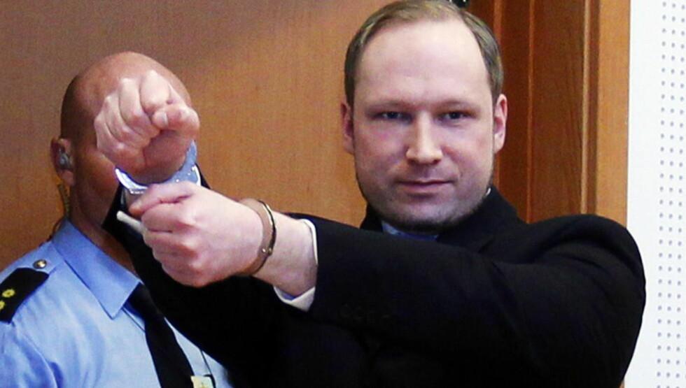 I JERN: Terrosiktede Anders Behring Breivik på vei inn til fengslingsmøtet i tinghuset i Oslo, iført håndjern. Hans forsvarere vil at han skal slippe håndjern under sin egen forklaring til uka. Foto: Lise Åserud / Scanpix