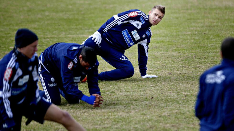 POSITIV: Marcus Pedersen mener han er på vei mot toppformen. Her strekker han ut på trening fredag. Foto: Torbjørn Grønning / Dagbladet