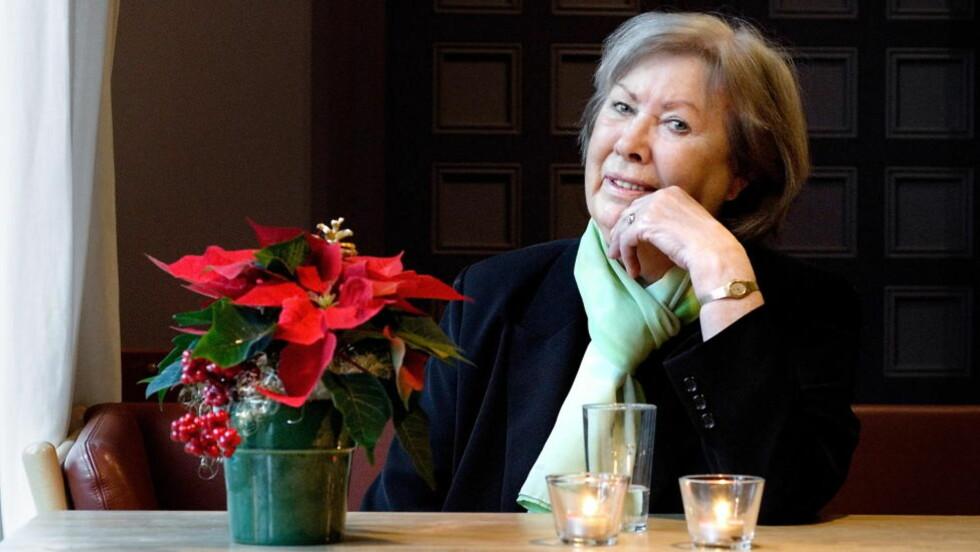 MELLOM TO STOLER: I påsken døde Anne Karin Elstad - et klassisk eksempel på en forfatter som ruver på salgslistene, men som møtes med skepsis i akademiske kretser. Hennes bortgang er symptomatisk nok ikke nevnt i kulturavisa Morgenbladet. Foto:John T. Pedersen / Dagbladet