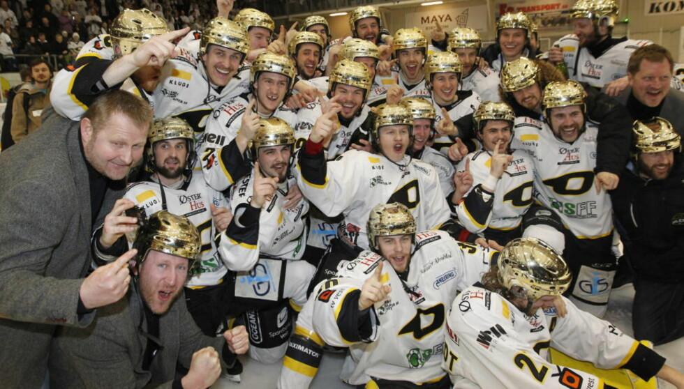 GULLGUTTER: Oilers-trener Petter Thoresen (t.v.) og laget hans sikret NM-gullet etter kveldens borteseier mot Lørenskog.Foto: Terje Bendiksby, NTB Scanpix