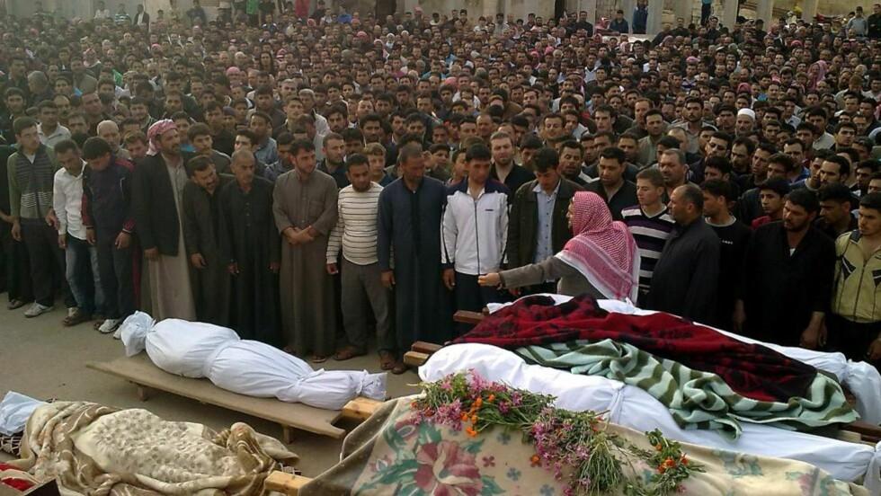 BLODBAD: Syrere sørger over sine døde. Foto: AFP PHOTO/STR