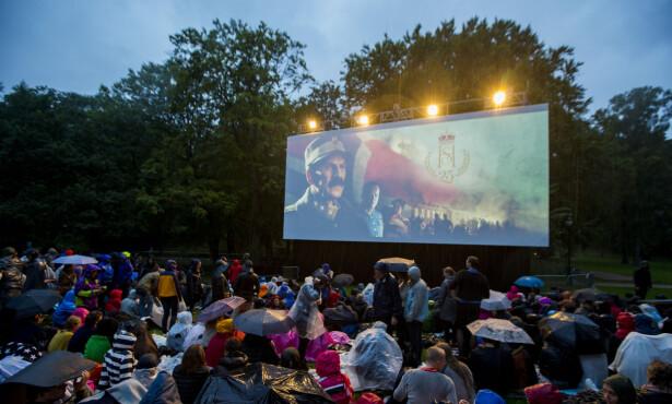 «KONGENS NEI»: Publikum trosset regnværet og satt og så utekino sammen med kongefamilien onsdag kveld. Foto: Vegard Wivestad Grøtt/ NTB Scanpix.