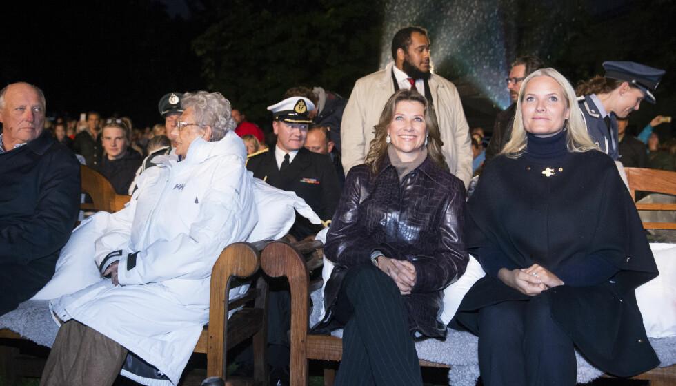 UTEKINO: Prinsesse Märta Louise viste seg for første gang offentlig etter det ble kjent at hun og Ari Behn skal skilles, her med kronprinsesse Mette Marit under visning av filmen «Kongens Nei» i Slottsparken onsdag kveld. Foto: Berit Roald /NTB Scanpix