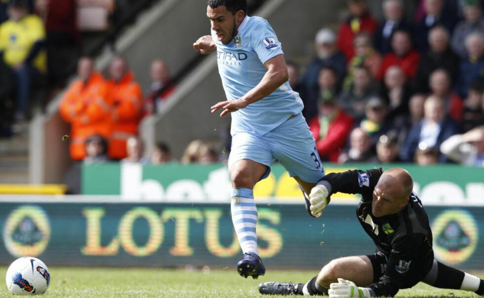 HATTRICK: Carlos Tevez runder Norwich-keeper John Ruddy og fullfører hattricket sitt. Foto: Andrew Winning, Reuters/NTB Scanpix