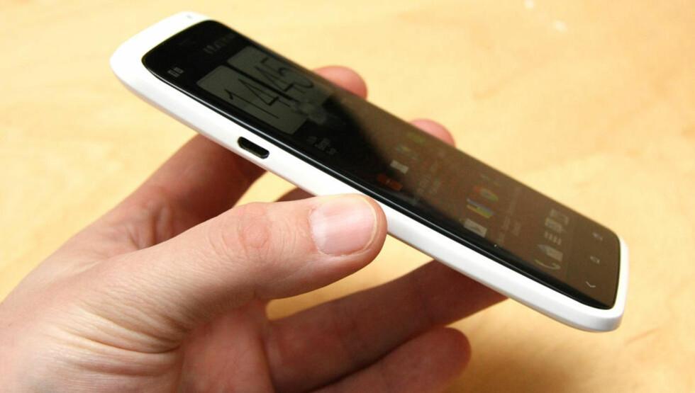 TYNN: Telefonen er ikke spesielt tykk med sine 8,9 millimeter. Marius Valle/Mobili.no