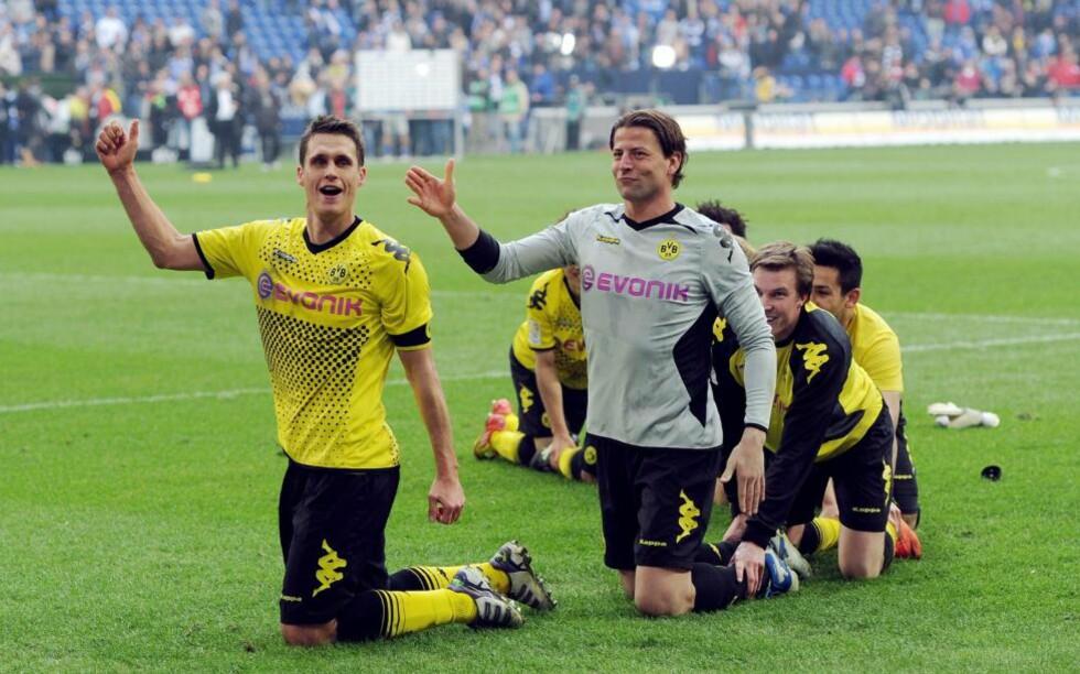 GODE PÅ ALT ANNET ENN FEIRING: Borussia Dortmund har fått sving på sakene og styrer mot det andre seriegullet på rad. Likevel er det grunn til å sette spørsmålstegn ved den mildt sagt kleine gresshoppe-feiringen - gjort kjent av norske fotballjenter under VM i 1995 - etter borteseieren mot Schalke.Foto: AFP PHOTO / PATRIK STOLLARZ / NTB scanpix