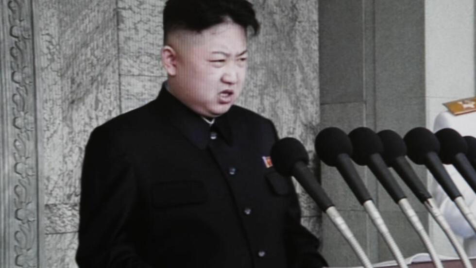 TALEFØR: Nord-Koreas leder Kim Jong-un holdt søndag sin første offentlige tale under en militærparade til minne om landsfaderen Kim Il-sung. Foto: AP