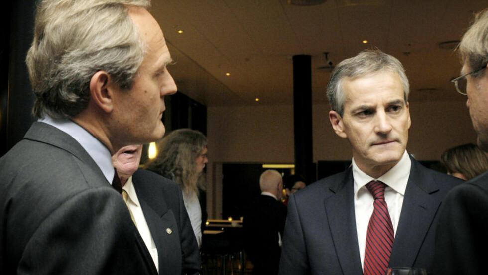 KRTISKE: Mange er kritiske etter avsløringer om pengebevilgninger. Her fra venstre: Felix Tschudi og Jonas Gahr Støre. Foto: Bente Bjercke