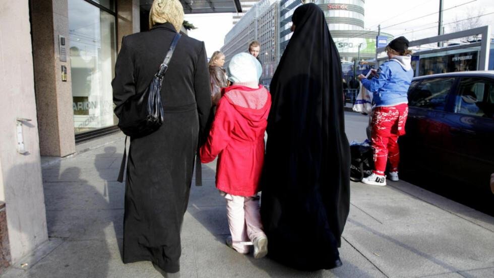 TRUKKET OG PRESSET: Unge med annen bakgrunn enn den norske opplever å bli trukket og presset i flere retninger. Illustrasjonsfoto: Geir Bølstad/Dagbladet
