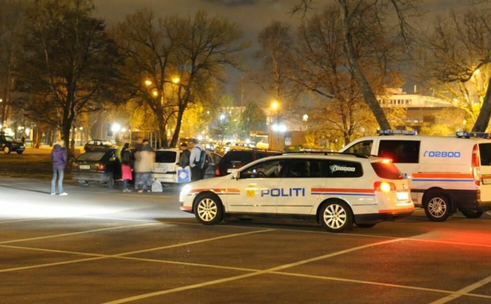 TOK MED SEG JENTA: Politiet fant den lille jenta sovende i en liten personbil på parkeringsplassen. Hun viste seg å bo i bilen. Foto: LASSE LJUNG / NYHETSFOTO