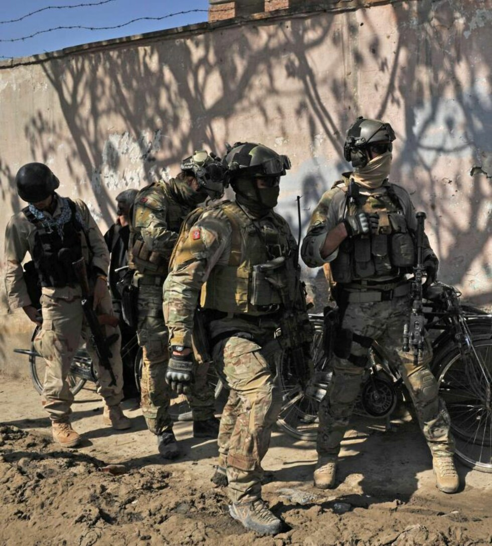 TUNGT BEVÆPNET: De norske FSK-soldatene har langt mer avansert utstyr enn noen av sine afghanske kolleger. Her har de tatt dekning under kamphandlingene i Kabul i dag.