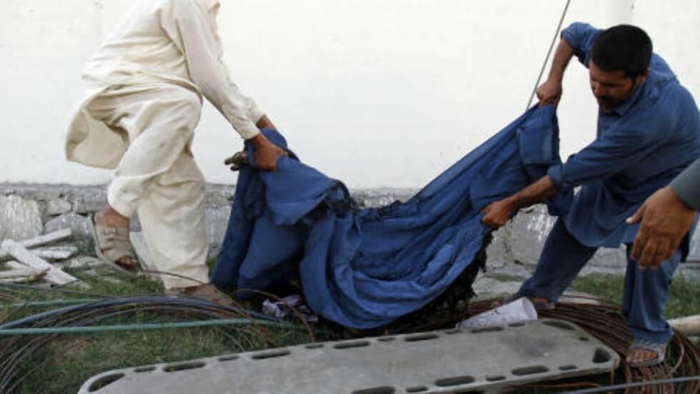 UTKLEDD SOM KVINNER: Mange av selvmordsangriperne hadde på seg burkaer og kvinneklær. Flere av dem ble drept før de nådde målene sine. Foto: Rahmat Gul / AP / NTB Scanpix.