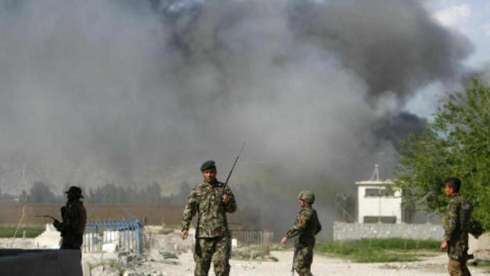 KOORDINERTE ANGREP: Taliban gikk til angrep med blant annet rakettdrevne granater og bilbomber i Afghanistan i dag. Her afghanske soldater ved flyplassen i Jalalabad, som var blant en rekke steder som ble angrepet. Foto: Parwiz / Reuters / NTB Scanpix