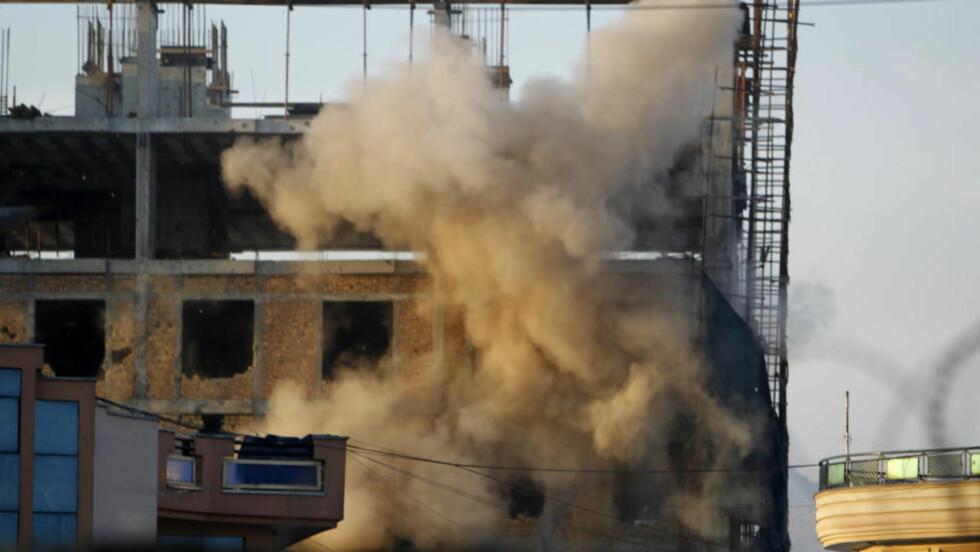 EKSPLOSJONER: Her er en av de mange eksplosjonene i Kabul i går. Foto: REUTERS/Omar Sobhani/NTBScanpix