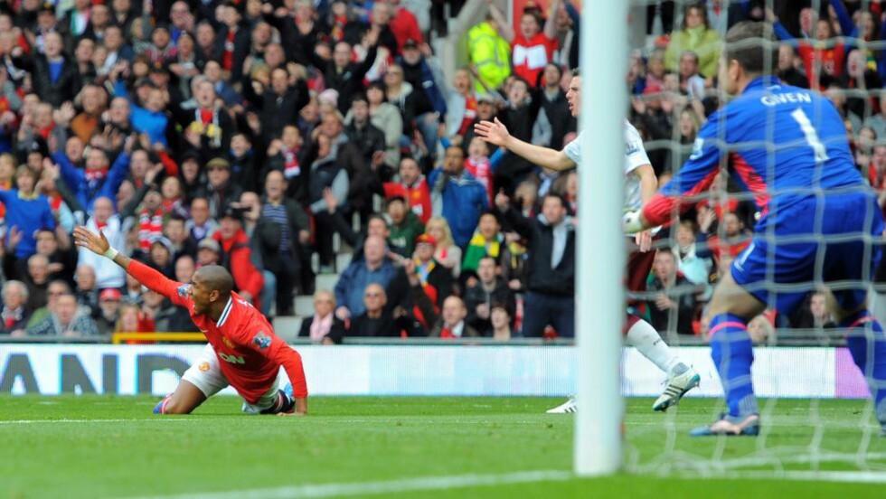 FÅR KJEFT: Ashley Young får pepper etter sitt andre teatralske fall på kort tid, men Manchester United-manager Alex Ferguson mener Aston Villa ikke har noen grunn til å klage.Foto: SCANPIX/AFP/ANDREW YATES