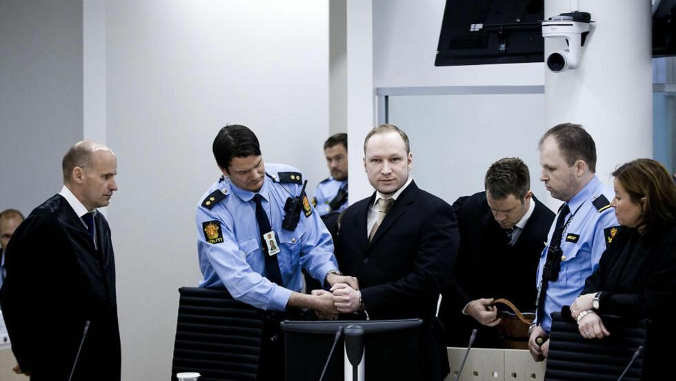 RETTSSAKEN ER I GANG: Anders Behring Breivik ble ført inn iingretten med håndjern. Foto: BJØRN LANGSEM