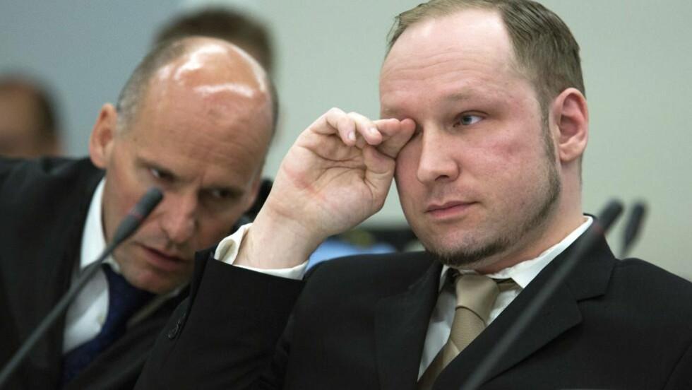 I RETTEN: Terrortiltalte Anders Behring Breivik og forsvarer Geir Lippestad er gjennom første dag av den ti uker lange rettssaken. Foto: AFP/POOL/Heiko Junge
