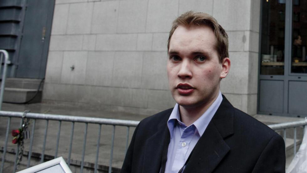 FORBEREDT:  Stian Petter Løken ladet opp til rettssaken med å lese seg gjennom tiltalen. Foto: Sveinung U. Ystad, Dagbladet